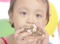 孩子在聚会上吃一个甜甜圈