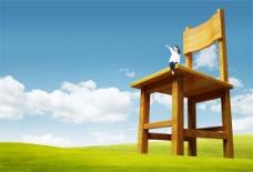 坐在椅子上看草原的女孩PSD模板
