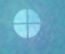 在蓝色的演播室背景光
