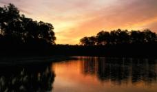 湖畔夕阳图片