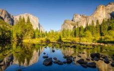 山涧河流图片
