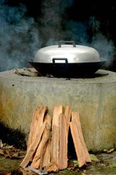 柴锅煮饭图片