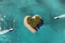唯美心形岛航拍图片