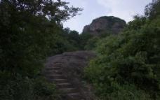 深山岩石上的小路图片