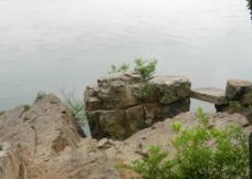 湖边礁石图片