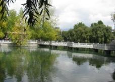 西藏广场池塘图片