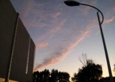 建筑上空的晚霞图片