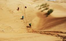 人在沙漠图片