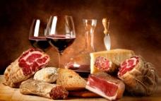 美味西餐熏肉和红酒奶酪图片