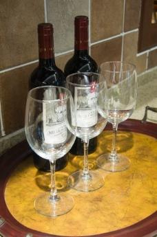 高脚杯和红酒图片