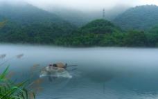 山水 小屋 渔船 晨雾图片