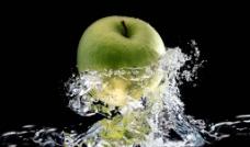 水中的苹果图片